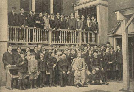 Csoportkép Vay Péter előadása után egy oktatási intézményben