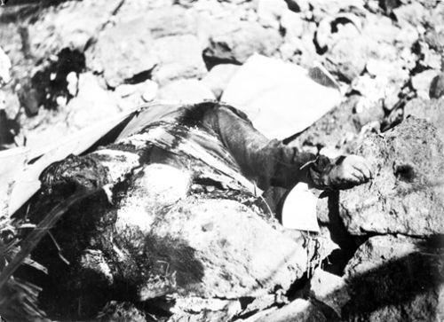 A bombatámadás áldozata a romok alatt