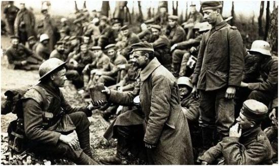 Fénykép a harctérről - hadifogoly és fogvatartója