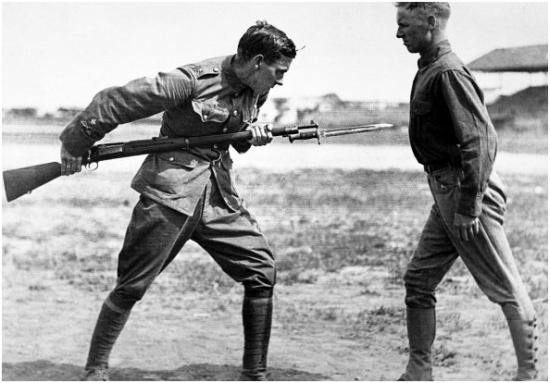 Fénykép az amerikai katonák kiképzéséről - a bajonett használata