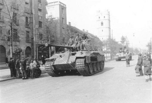 Átvonuló német Panther Ausf.