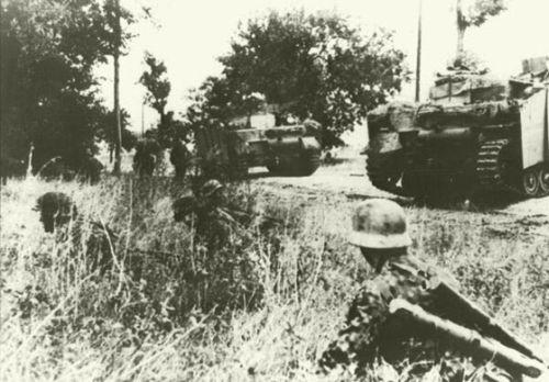 """""""Polizei"""" SS-páncélgránátos-hadosztály StuG. IV rohamlövegi tüzelőállást foglalnak"""